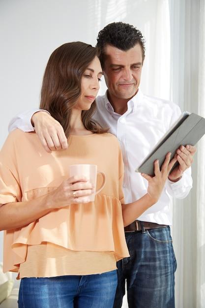 Paar lezen nieuws Gratis Foto