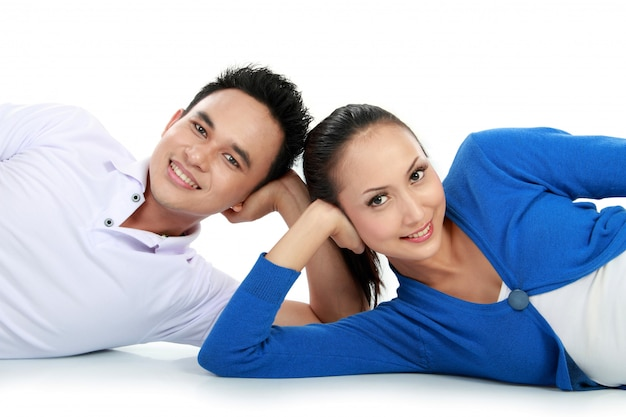 Paar liggend op de vloer kijken Premium Foto