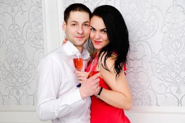 Paar met een glas wijn bij elkaar Premium Foto