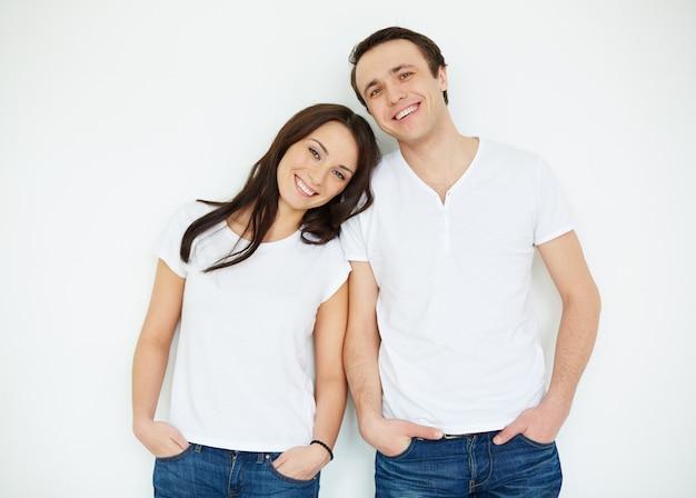 Paar met witte shirts en jeans Gratis Foto