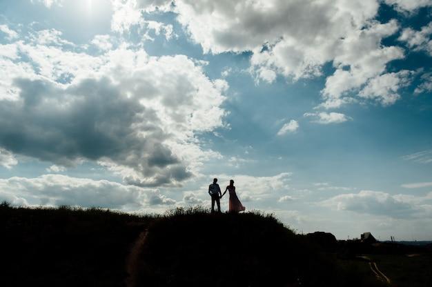 Paar minnaar gelukkig silhouet hemel zonsondergang Premium Foto