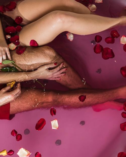 Paar nemen van een bad op valentijnsdag Gratis Foto