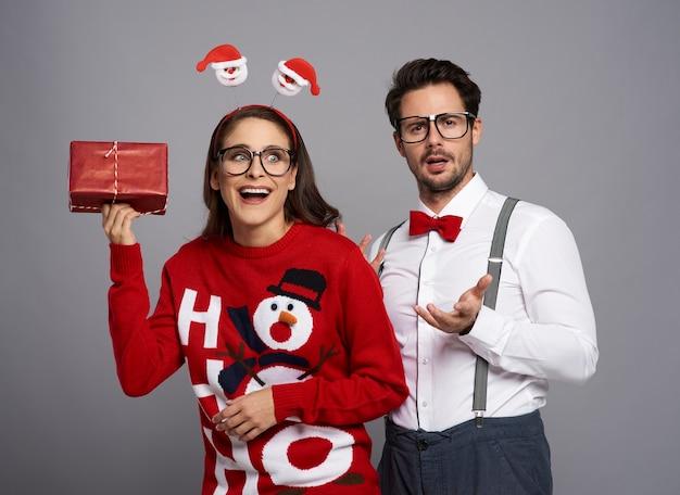 Paar nerds poseren op grijze muur Gratis Foto