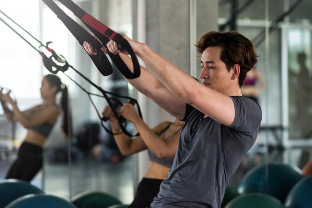 Paar oefenen buikriemen in de sportschool Premium Foto