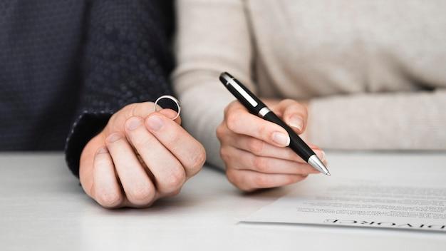 Paar ondertekening echtscheidingscontract Gratis Foto