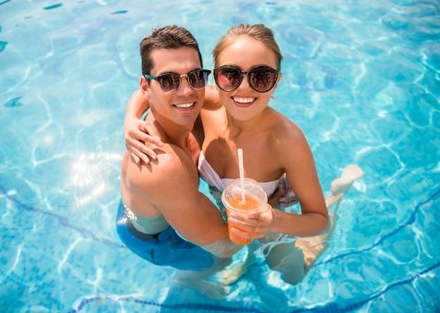 Paar ontspannen in resort en cocktails drinken. Premium Foto