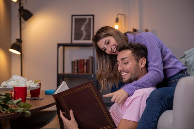 Paar ontspannen thuis in woonkamer Gratis Foto