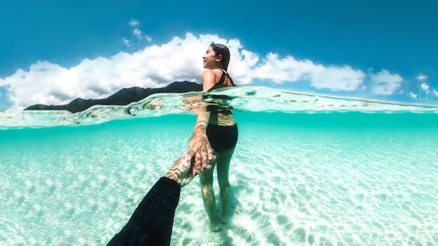 Paar ontspannende onderwater mooie oceaan bij koh lipe beach thailand Premium Foto