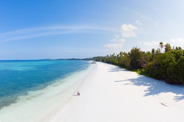 Paar op tropisch strand in pasir panjang, kei-eilanden, tropische archipel indonesië, Premium Foto