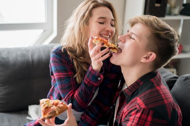 Paar pizza thuis eten Gratis Foto