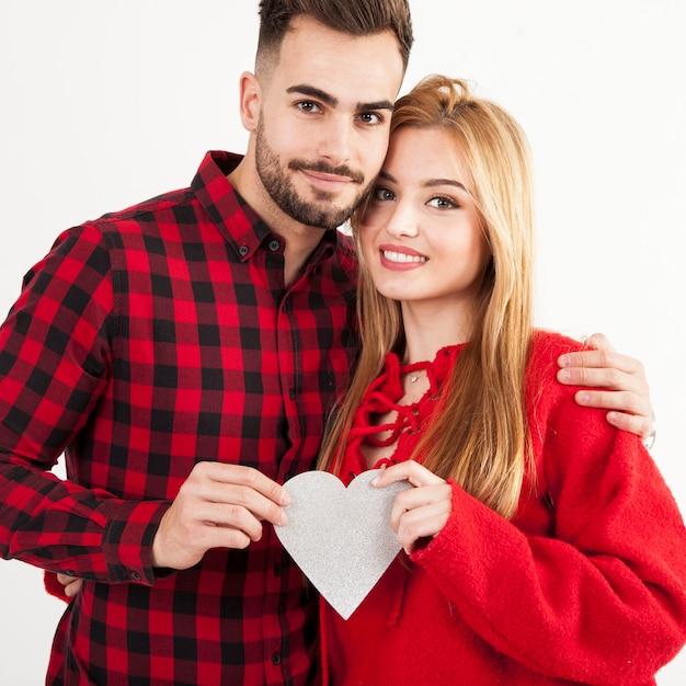 Paar poseren met hart Gratis Foto
