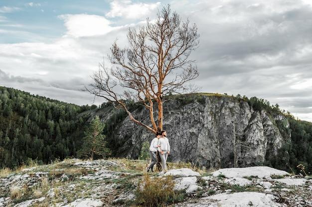 Paar reizen door de bergen. verliefde paar in de bergen. man en vrouw reizen. een wandeling in de bergen. liefhebbers ontspannen in de natuur. wandelen in de bergen. Premium Foto