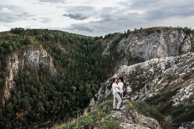 Paar reizen door de bergen. verliefde paar in de bergen. man en vrouw reizen. een wandeling in de bergen. liefhebbers ontspannen in de natuur. Premium Foto