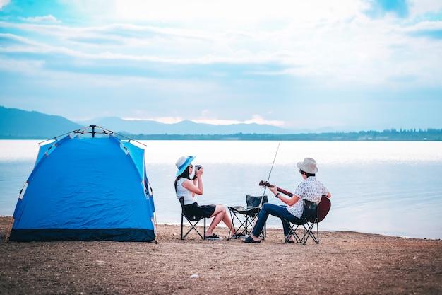 Paar reiziger kamperen en vissen in de buurt van het meer op vakantie. Premium Foto