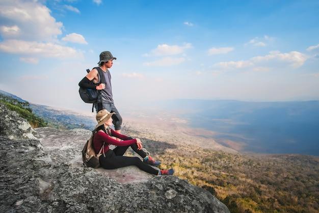 Paar reiziger zijn op de top van de berg Premium Foto