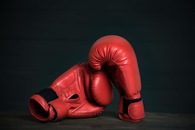 Paar rode bokshandschoenen op zwart Premium Foto