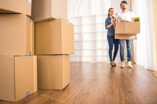 Paar rondkijken in hun nieuwe appartement. Premium Foto