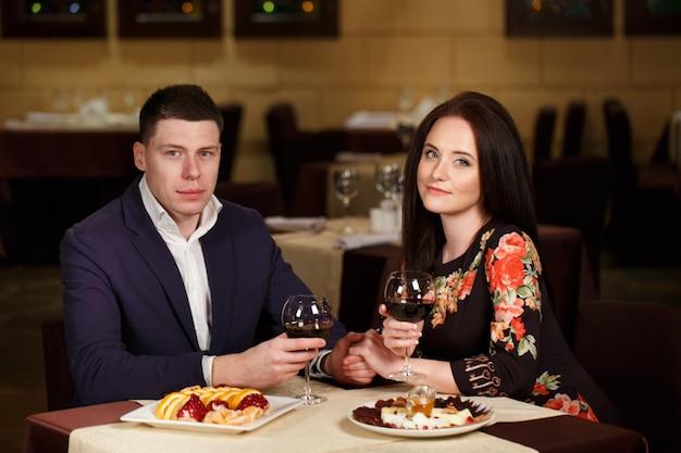 Paar roosterende wijnglazen in een luxerestaurant. Premium Foto