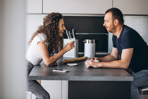 Paar samen in de keuken koffie drinken Gratis Foto