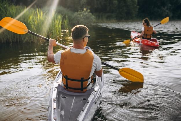 Paar samen kajakken op de rivier Gratis Foto