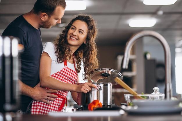 Paar samen koken in de keuken Gratis Foto