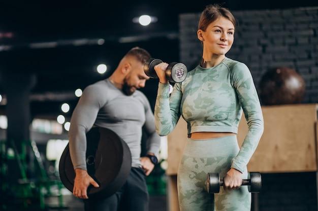 Paar samen trainen in de sportschool Gratis Foto