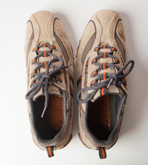 Paar schoenen in omgekeerde richting. concept van ocs Premium Foto