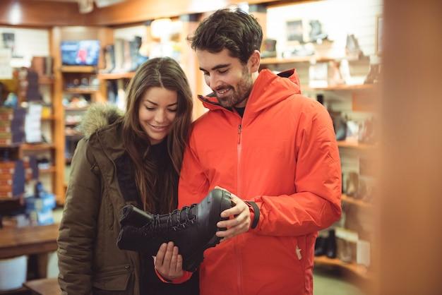 Paar schoenen selecteren in een winkel Gratis Foto