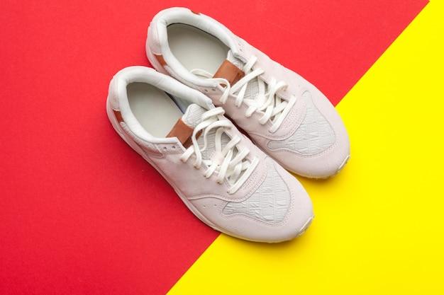 Paar sportschoenen op kleurrijke achtergrond Premium Foto