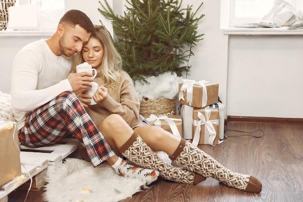 Paar tijd thuis doorbrengen met kerstversiering Gratis Foto