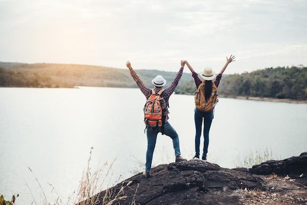 Paar toeristen met rugzakken op berg Gratis Foto