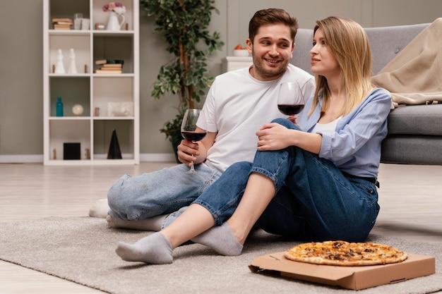 Paar tv kijken en wijn drinken Gratis Foto