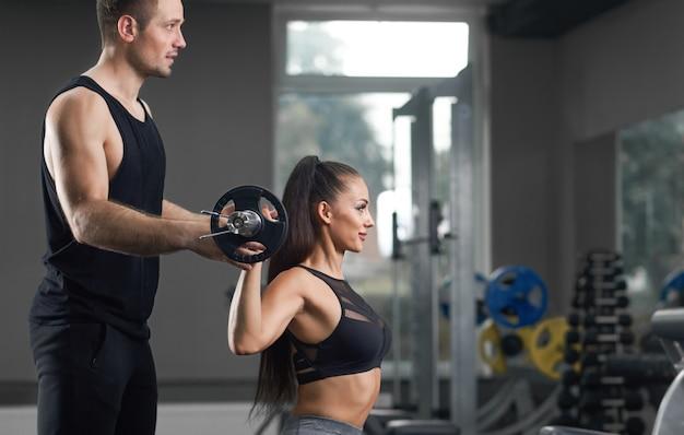 Paar van twee training samen in de sportschool. Premium Foto