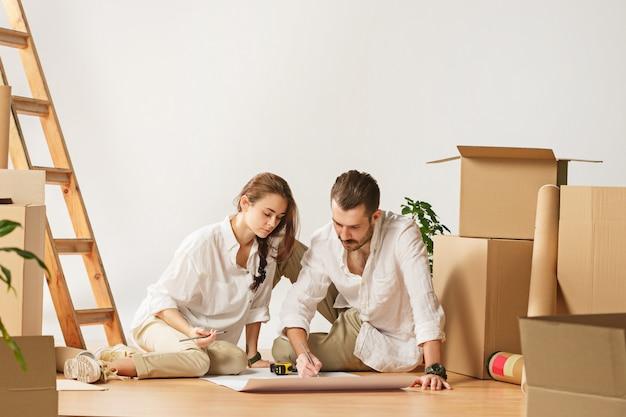 Paar verhuizen naar een nieuw huis. Gratis Foto