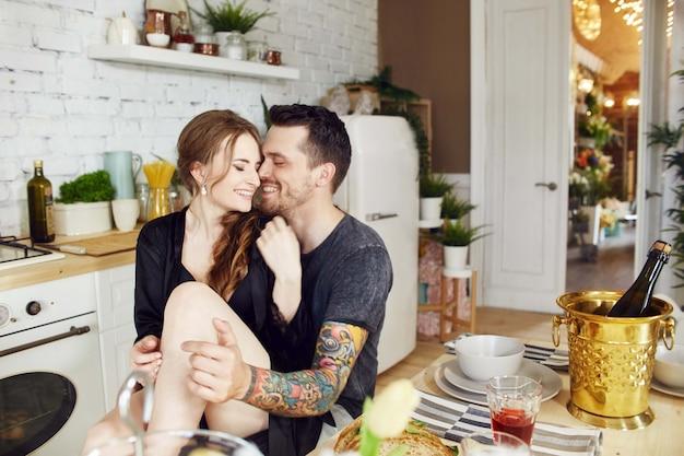 Paar verliefd in de keuken in de ochtend Premium Foto