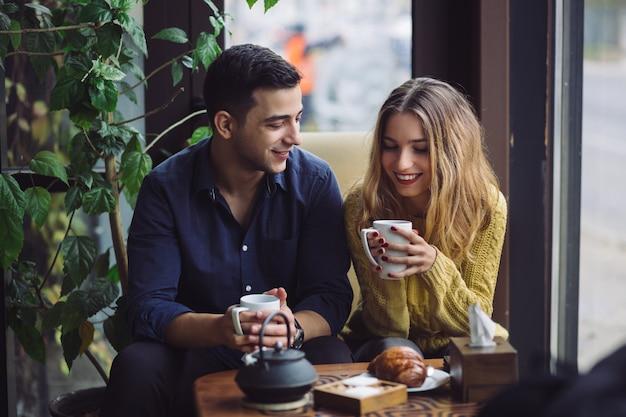 Paar verliefd koffie drinken in koffie winkel Gratis Foto