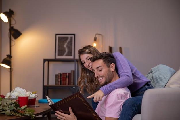 Paar verliefd ontspannen in de woonkamer Gratis Foto