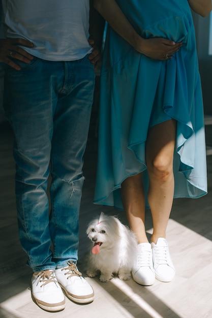 Paar verliefd zwangere vrouw en man blijven op een sun ray Premium Foto