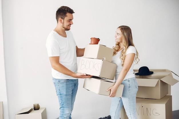 Paar verplaatsen en dozen gebruiken Gratis Foto