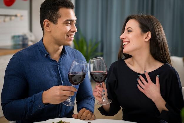 Paar vieren valentijnsdag met een glas wijn Gratis Foto