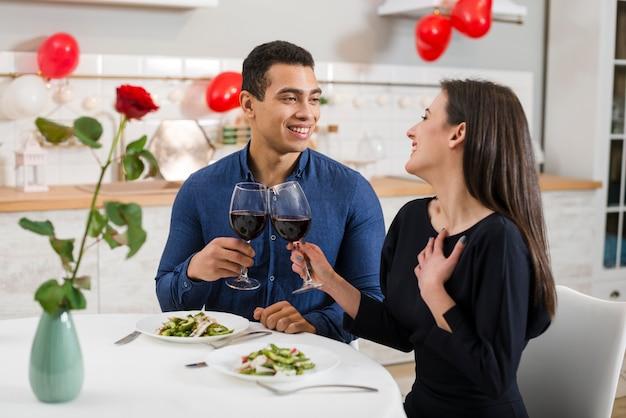 Paar vieren valentijnsdag met wijn Gratis Foto