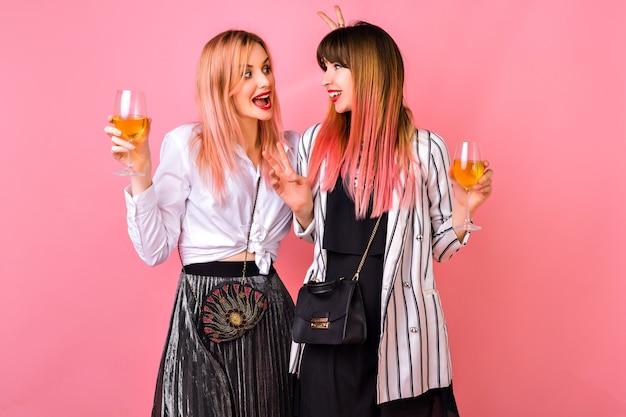 Paar vrij elegante beste vriend hipster vrouw viert vakantie, elegante zwart-wit avondoutfits en trendy roze kapsel, leuke tijd samen. Gratis Foto