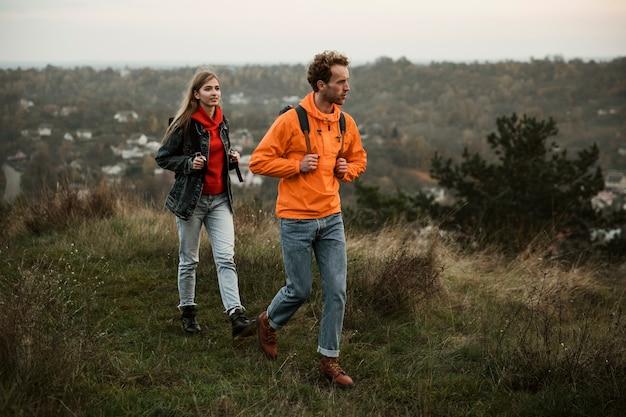 Paar wandelen terwijl op een road trip samen Gratis Foto