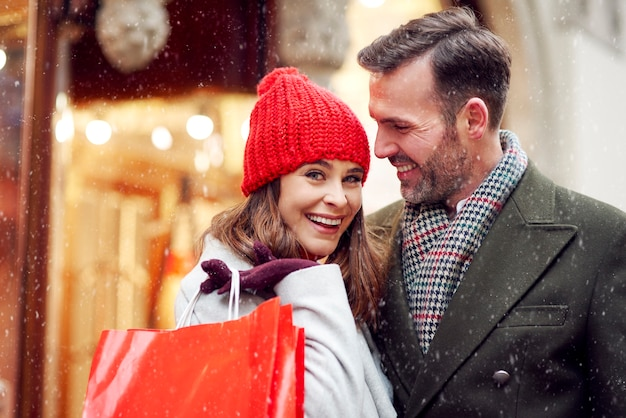 Paar wat geld uitgeven tijdens het winkelen in de winter Gratis Foto