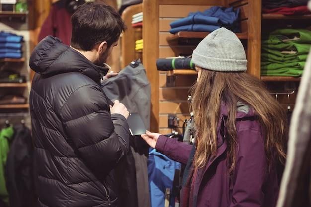 Paar winkelen in een kledingwinkel Gratis Foto