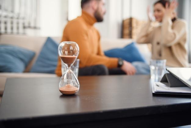 Paar zitten met psycholoog tijdens de psychotherapie, bijgesneden afbeelding zonder gezicht Premium Foto