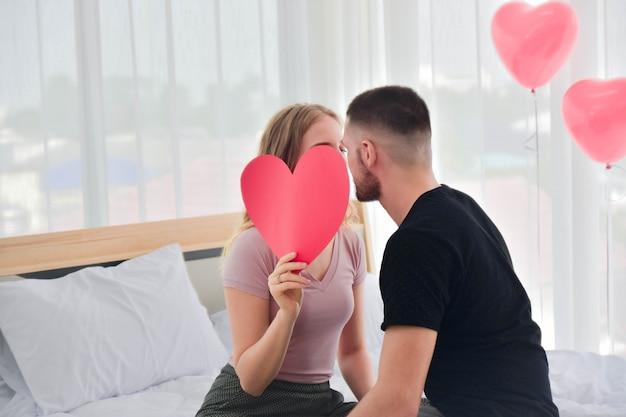 Paar zoete liefde leven in slaapkamer geluk in dag valentijnsdag concept Premium Foto