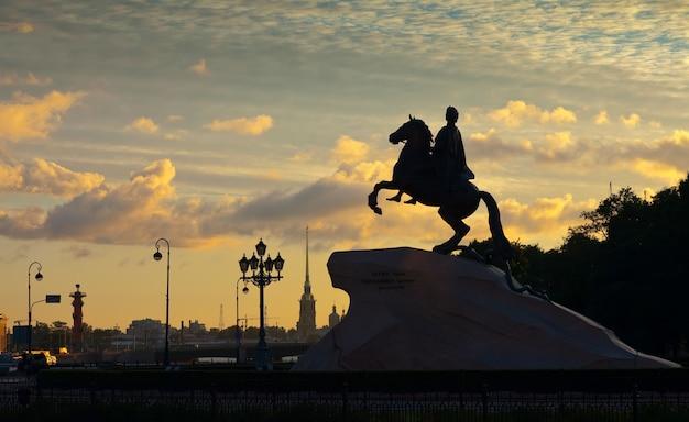 Paardensportbeeld van peter de grote in dageraad Gratis Foto