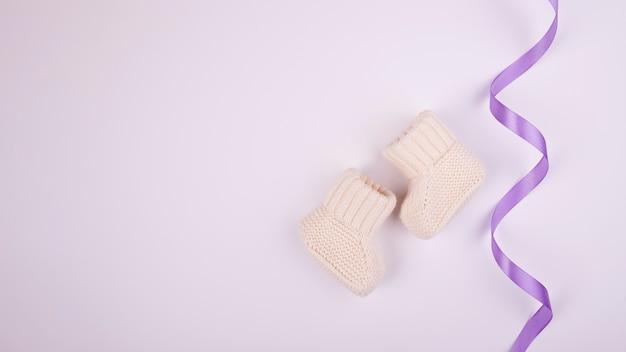 Paars lint en sokken kopiëren ruimte Gratis Foto