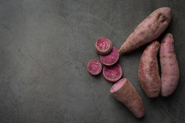 Paarse aardappelthee op tafel Gratis Foto